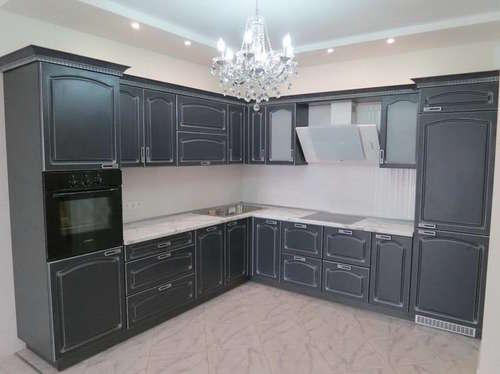 Кухня классическая серая с белой патиной
